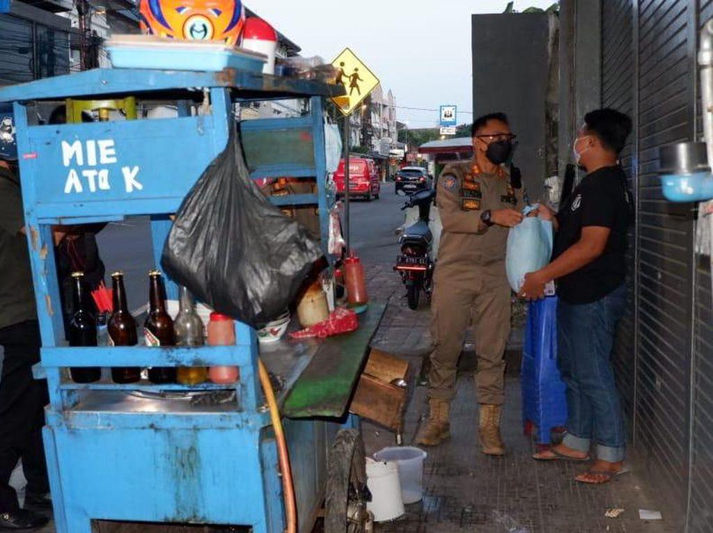Satpol PP Kota Bogor Bagikan Sembako, Pedagang Waswas Dikira Razia