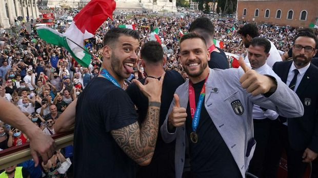ROME, ITALY - JULY 12: Leonardo Spinazzola and Rafael Toloi of Italy celebrate during Italy's national men's football team open-top bus victory parade, a day after Italy won the UEFA EURO 2020 final against England, on July 12, 2021 in Rome, Italy. (Photo by Claudio Villa/Getty Images)