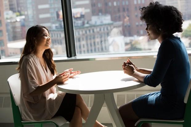 wanita sedang berbicara