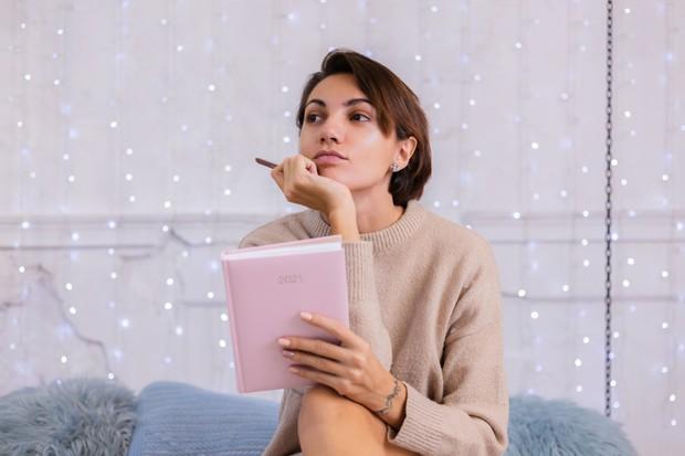 Menceritakan perasaan yang mengganggu dapat membantu meredakan overthinking pemicu stress.