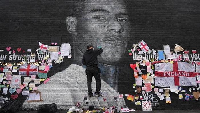 Mural bergambar Marcus Rashford sempat jadi sasaran serangan rasial usai Inggris gagal juara di Euro 2020. Mural itu kini penuh pesan dukungan untuk sang pemain
