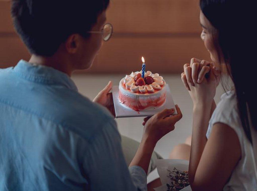 Demi Pacar, Pria Ini Minta Pemilik Bakery Kirim Kue Jam 12 Malam
