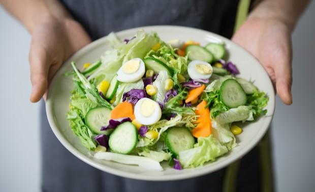 Jika dibandingkan, diet dinilai jauh lebih efektif dan lebih cepat untuk menurunkan berat badan,