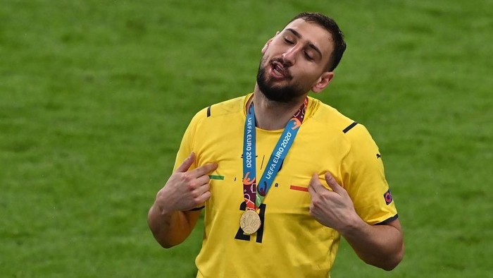 Italys goalkeeper Gianluigi Donnarumma gestures after Italy won the UEFA EURO 2020 final football match between Italy and England at the Wembley Stadium in London on July 11, 2021. (Photo by FACUNDO ARRIZABALAGA / POOL / AFP)