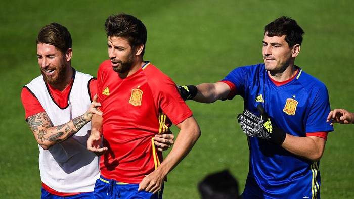 LA ROCHELLE, FRANCE - JUNE 24:  Sergio Ramos (L) and Gerard Pique (C) and Iker Casillas of Spain share a joke during a training session at Complexe Sportif Marcel Gaillard on June 24, 2016 in La Rochelle, France.  (Photo by David Ramos/Getty Images)
