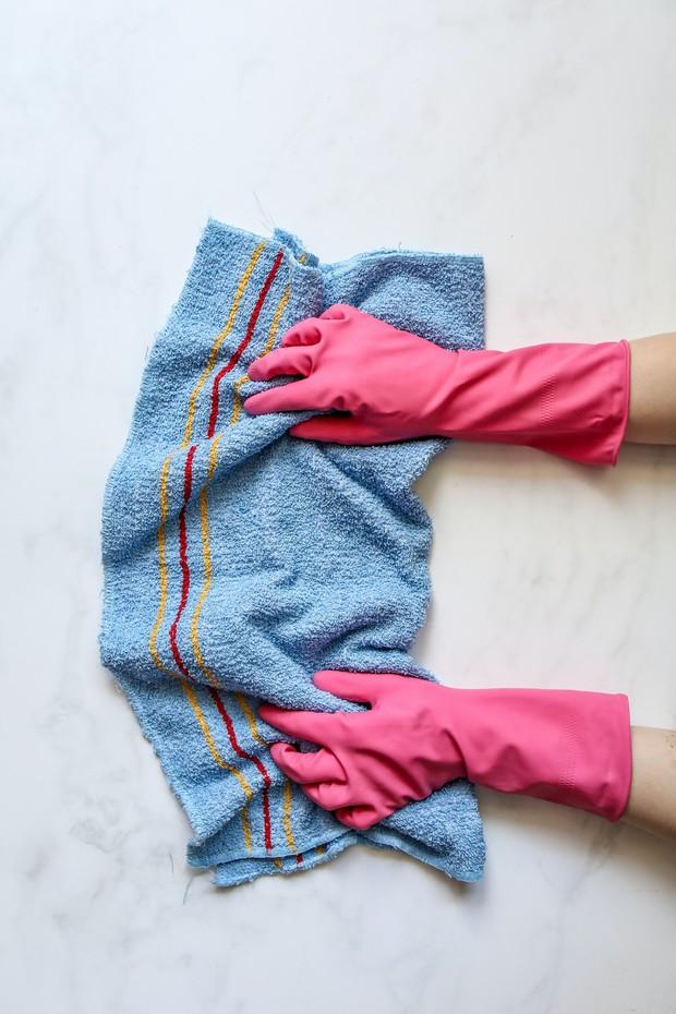 Gunakan sarung tangan saat mencuci pakaian pasien covid19