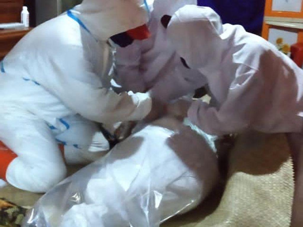 Cerita Petugas Makamkan Pasien COVID-19 di Lembang Pakai Plastik Bening