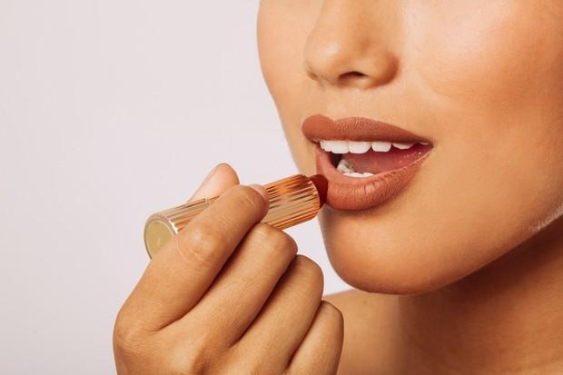 Memilih lipstik untuk kulit sawo matang bisa menggunakan warna yang aman agar tidak menor sebagai riasan sehari-hari.