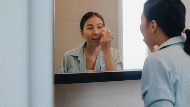 Memilih makeup untuk kulit sawo matang yang tidak memberikan kesan natural bisa menggunakan pensil alis berwarna dark brown.