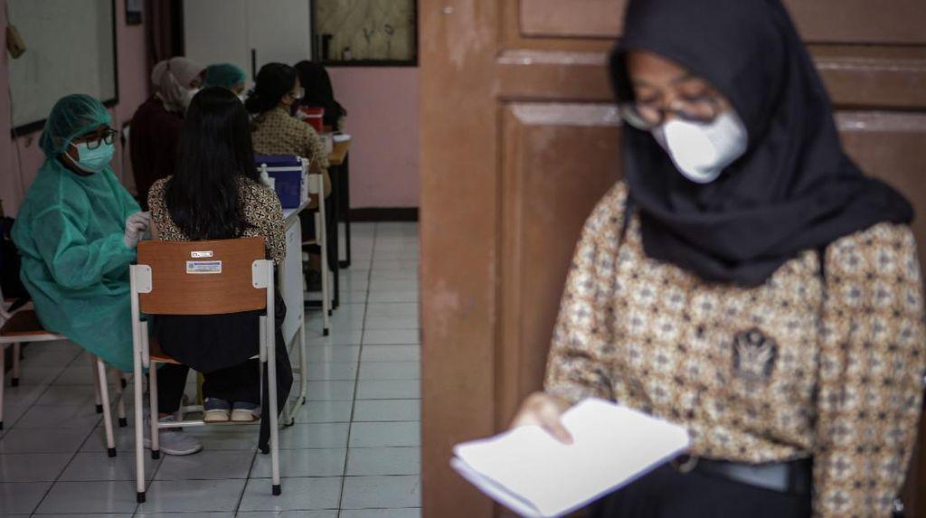 Pelajar di Berbagai Daerah Jalani Vaksinasi COVID-19 Massal