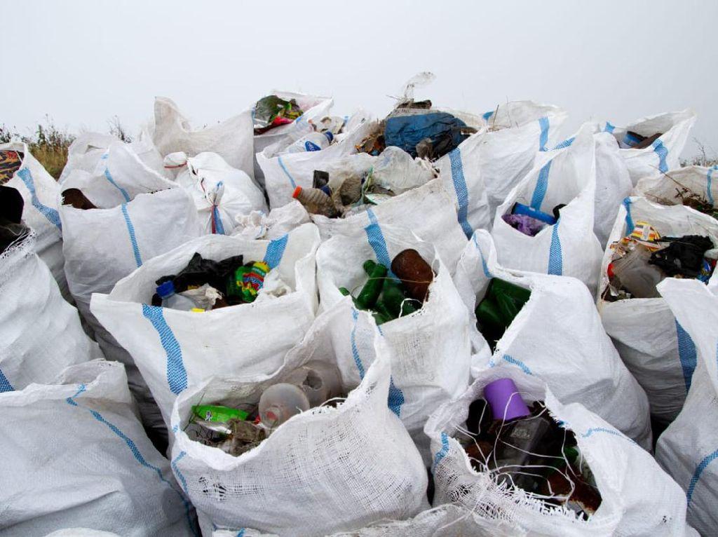 1,6 Ton Sampah Dibersihkan dari Gunung Rinjani, Mayoritas Plastik