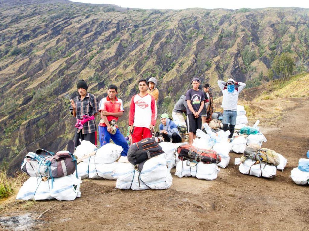 Salut! Bule dan Warga Lokal Bersihkan 1,6 Ton Sampah Gunung Rinjani
