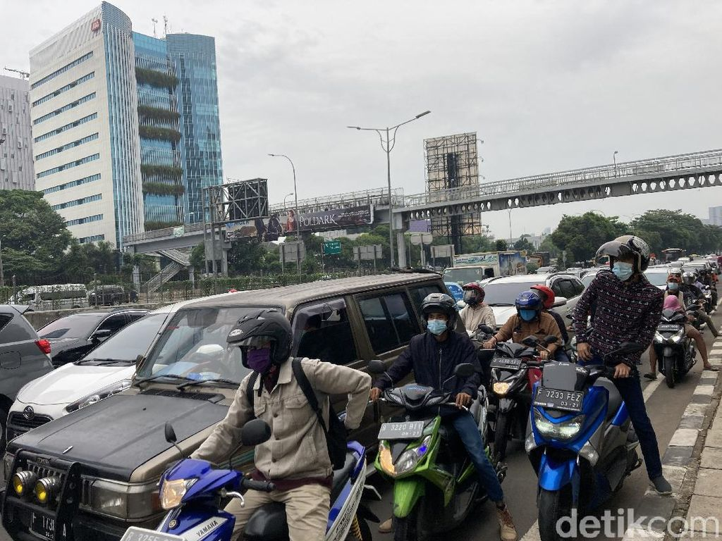 Penyekatan di Jalan Pangeran Antasari-TB Simatupang, Lalin Padat