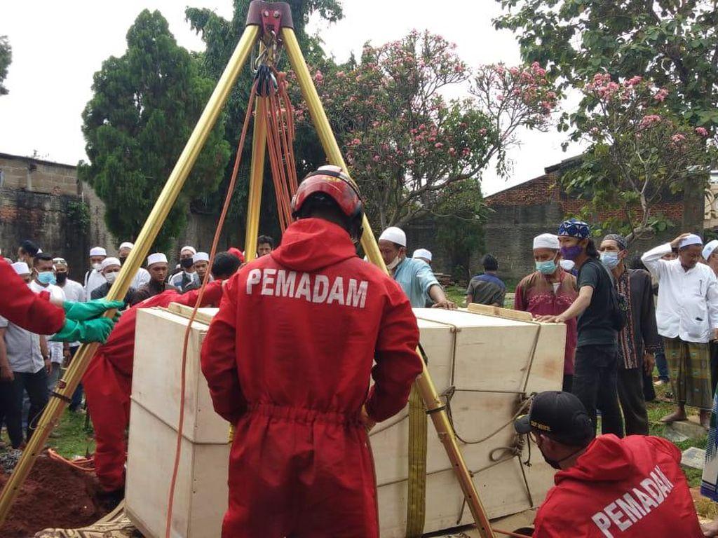 Damkar Jaktim Bantu Proses Pemakaman Jenazah Seberat 300 Kg