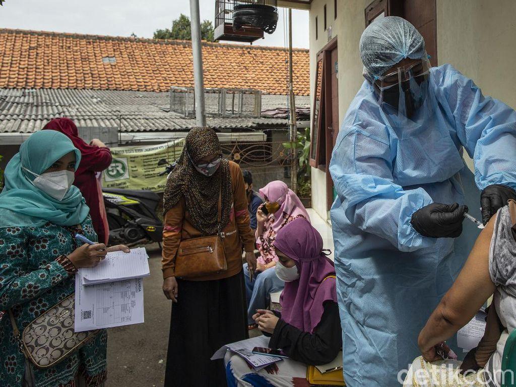 Potret Vaksinasi Jemput Bola dari Rumah ke Rumah
