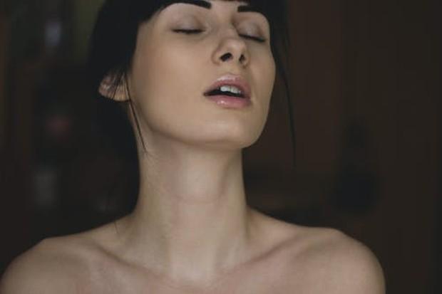 Sakit kepala seks umumnya disebabkan oleh aktivitas seksual, terutama orgasme. Beauties mungkin merasakan sakit di kepala dan leher yang menumpuk saat gairah seksual meningkat.