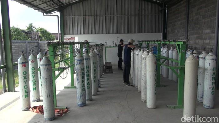 Perusahaan pengisian oksigen di Kabupaten Malang menyuplai kebutuhan oksigen bagi warga kurang mampu. Oksigen diberikan secara gratis di tengah terus bertambahnya pasien COVID-19.