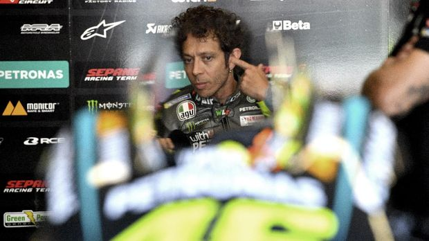 Italy's Valentino Rossi talks to his team's technicians in the pits during free practice 3 ahead the Italian Moto GP Grand Prix at the Mugello race track on May 29, 2021 in Scarperia e San Piero. (Photo by Tiziana FABI / AFP)