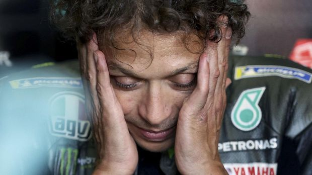 Yamaha-SRT Italian rider Valentino Rossi reacts in the box during the second free practice session ahead of the German motorcycle Grand Prix at the Sachsenring racing circuit in Hohenstein-Ernstthal near Chemnitz, eastern Germany, on June 18, 2021. (Photo by Ronny Hartmann / AFP)