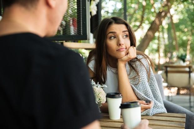 Kalau kamu ada janji dengan si dia, lalu tiba-tiba temanmu mengajak hang out, dan kamu lebih memilih teman-temanmu, bisa jadi kamu sebenarnya nggak benar-benar cinta dengan pasanganmu.