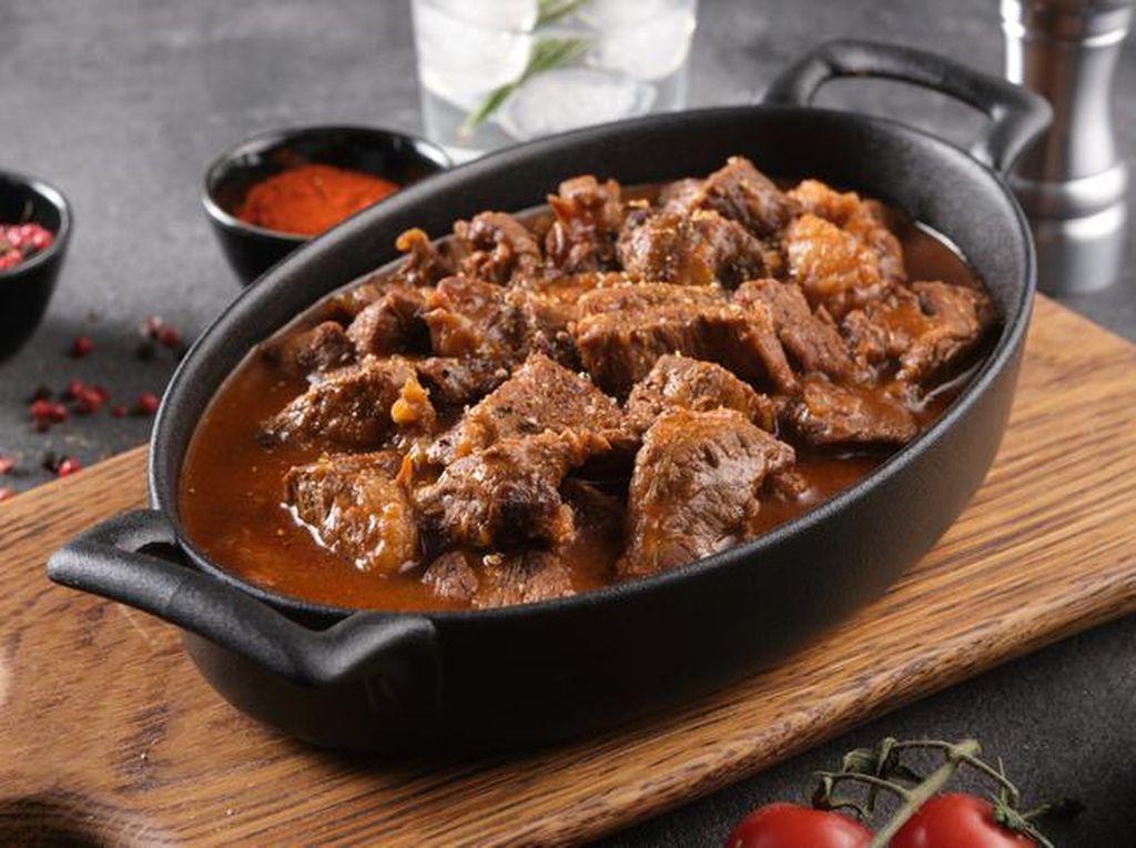 Cara Masak Daging Kambing dan Sapi Agar Empuk dengan 5 Bahan Ini!