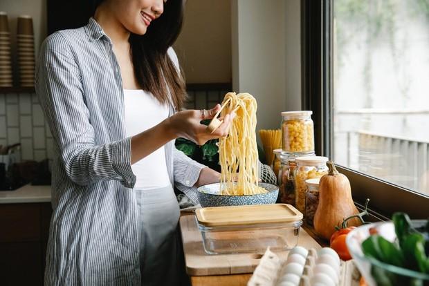 cooking (sumber : pexels.com/SarahChai)
