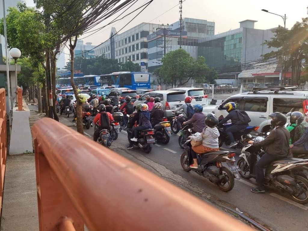 Ada Titik Penyekatan Baru, Jl Mampang Prapatan Macet Panjang