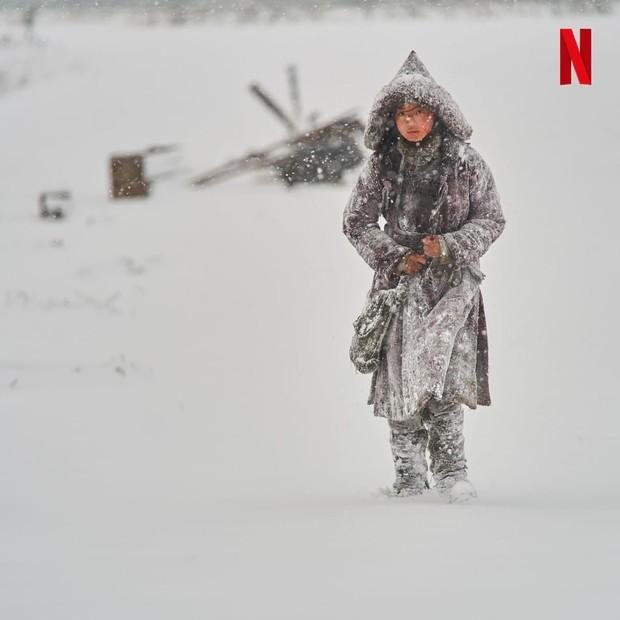 Jun Ji Hyun dalam balutan salju/ Foto : instagram.com/netflixkr/