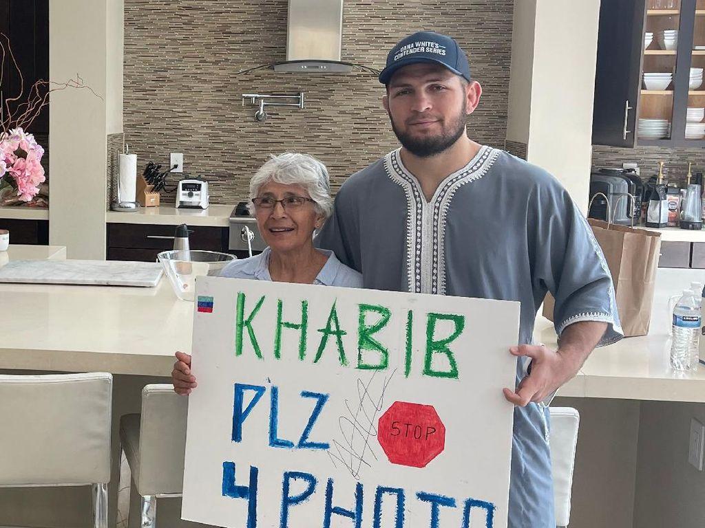 So Sweet! Presiden UFC Wujudkan Mimpi Nenek Ini Foto Sama Khabib