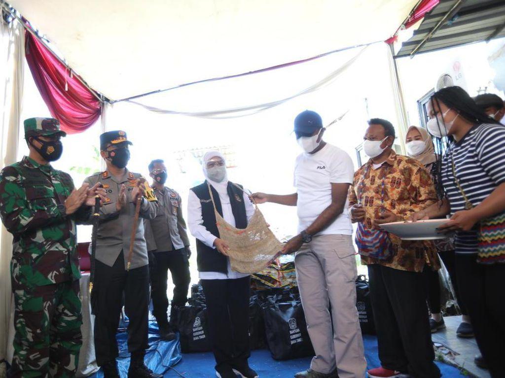 Khofifah Genjot Vaksinasi Door to Door ke Komunitas Warga Papua di Jatim
