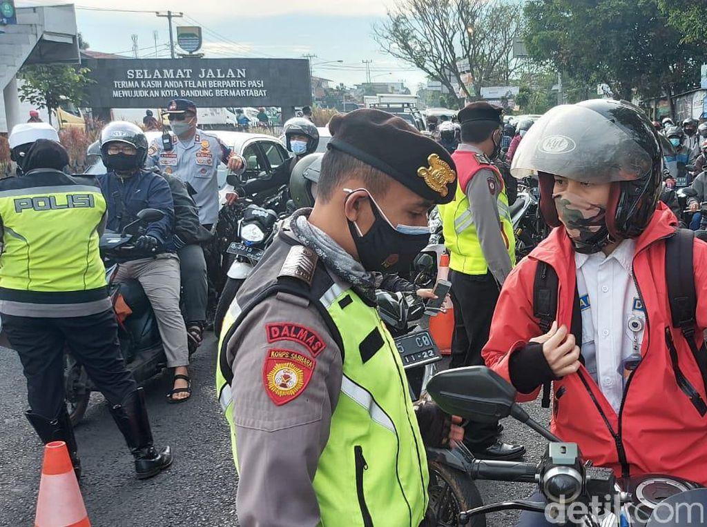 Corona Ngegas, Polisi Perketat Penjagaan di Batas Kota Bandung