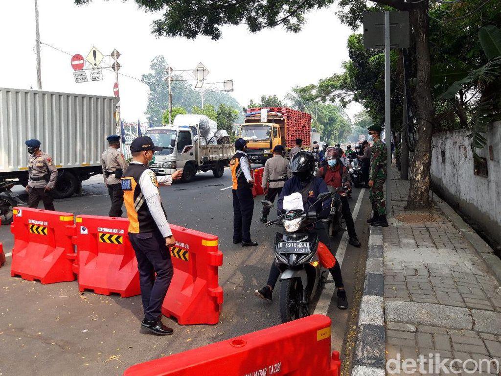 Jalan Daan Mogot Jakbar Disekat, Warga ke Pasar Masih Bisa Melintas