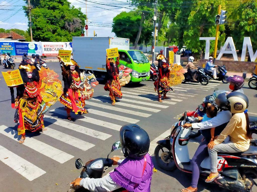 Seniman Jaranan Buto Banyuwangi Kampanye Protokol Kesehatan di Jalanan