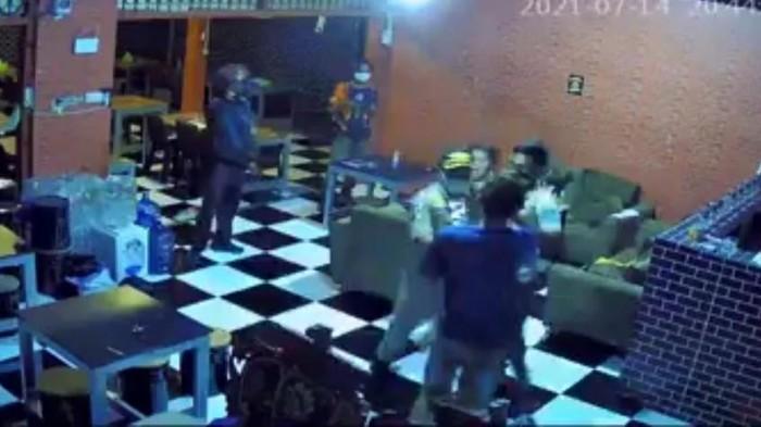 Tangkapan layar video viral oknum Satpol PP Gowa memukul ibu hamil 9 bulan (dok. Istimewa).