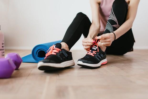workout at home (sumber : pexels/KarolinaGrabowska)