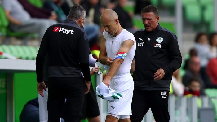 GRONINGEN, NETHERLANDS - SEPTEMBER 13:  Arjen Robben of Football Club Groningen walks off injured in the first half during the Dutch Eredivisie match between FC Groningen and PSV Eindhoven at Hitachi Capital Mobility Stadion on September 13, 2020 in Groningen, Netherlands. (Photo by Dean Mouhtaropoulos/Getty Images)