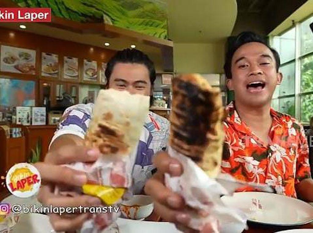 Bikin Laper! Anwar BAB Cicip Nasi Padang Unik yang Dibungkus Kulit Tortilla