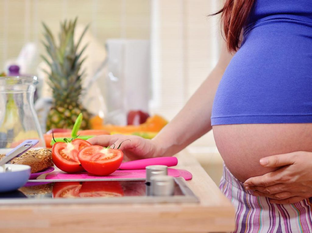 6 Tips Makan Sehat untuk Ibu Hamil yang Sedang Isoman