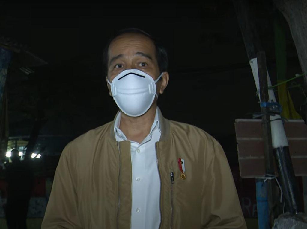 Malam-malam, Jokowi Blusukan ke Jakut Bagikan Sembako dan Paket Obat