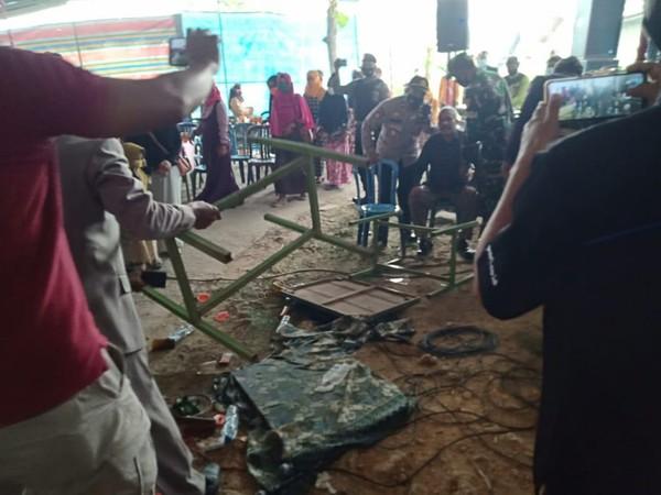 Kades Jenar, Samto, ditenangkan petugas usai mengamuk hingga membalik meja di hajatan, Sragen, Jumat (16/7/2021).