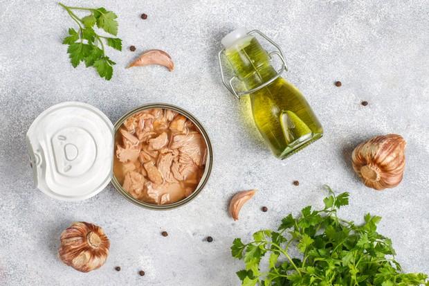 Kandungan vitamin D yang ada dalam tuna kaleng bisa mencapai 268 IU per 100 gram yang merupakan 34 persen dari DV