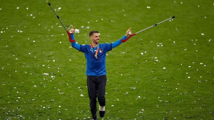 LONDON, ENGLAND - JULY 11: Leonardo Spinazzola of Italy celebrates their sides victory after the UEFA Euro 2020 Championship Final between Italy and England at Wembley Stadium on July 11, 2021 in London, England. (Photo by John Sibley - Pool/Getty Images)
