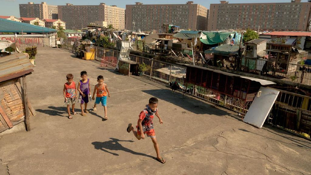 Longgarkan Lockdown, Anak-anak Filipina Main di Luar Lagi