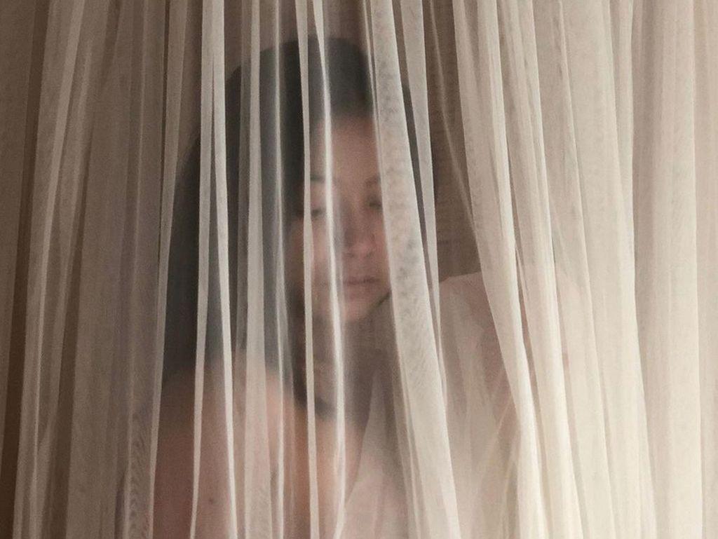 Mayang Sary Foto Topless Tertutup Kain Tipis