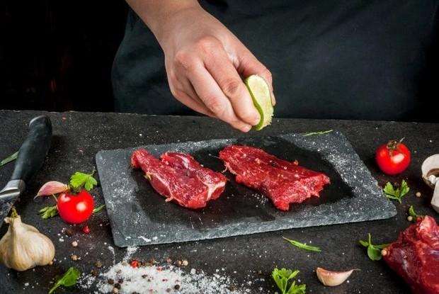 Membersihkan daging kurban memperhatikan karakteristik daging yang akan diolah/ Foto: Freepik.com