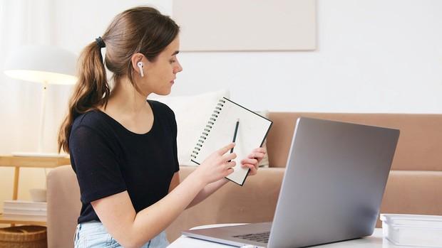 Jika Anda perlu tinggal di rumah untuk waktu yang lama, berikut adalah beberapa tip, saran, dan hal yang berguna untuk dipertimbangkan, mulai dari memenuhi kebutuhan dan membuat rutinitas, hingga tetap aktif dan tetap sibuk.