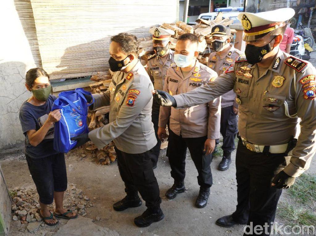 550 Paket Beras Dibagikan ke Warga Bojonegoro yang Terdampak COVID-19