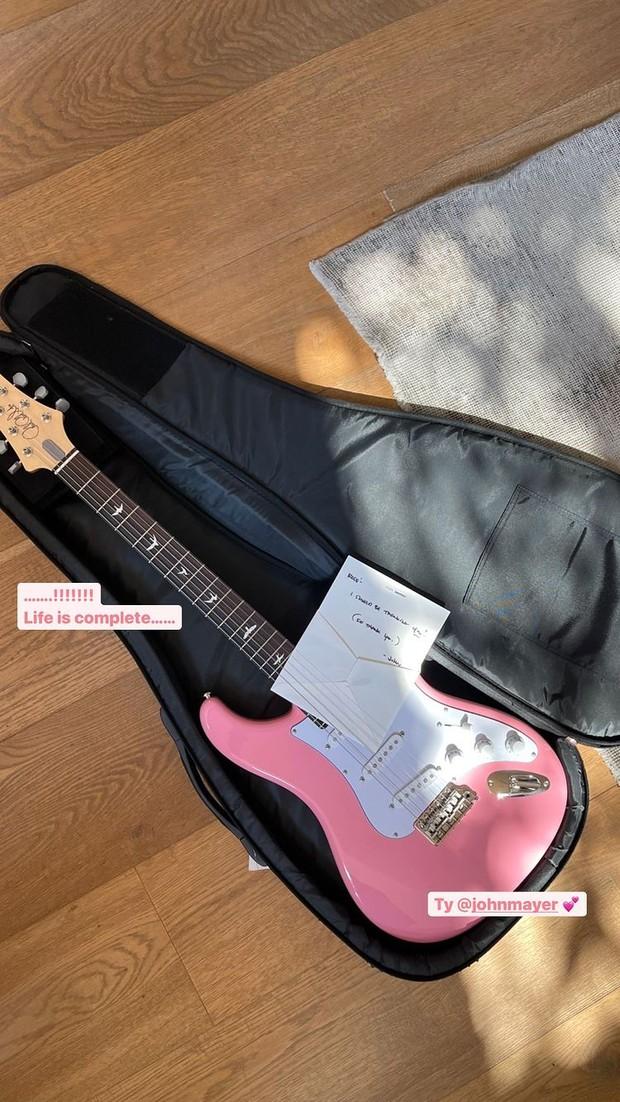Rose Blackpink mendapatkan gitar listrik dari John Mayer (foto: instagram.com/roses_are_rosie)