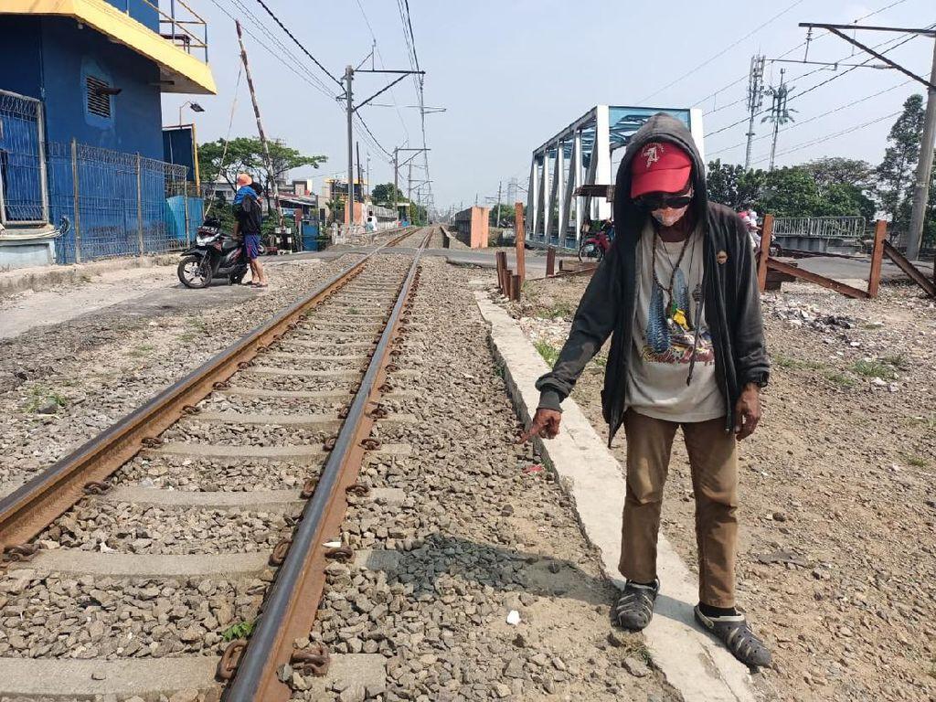Terobos Perlintasan Jembatan Gantung Jakbar, Pemotor Tewas Tertabrak KRL