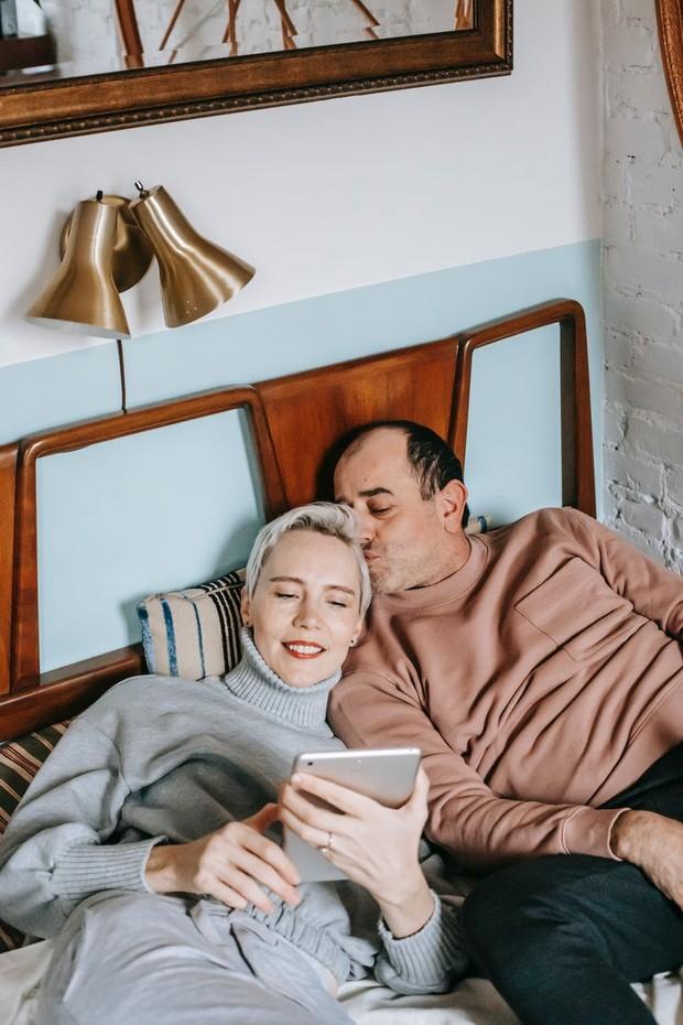 Namun, jika kamu atau pasangan memiliki gejala COVID-19 – demam, batuk kering, kelelahan, atau kehilangan rasa atau penciuman – kamu harus bisa harus menjaga jarak satu sama lain selama 14 hari untuk menghindari penularan virus. Selama waktu ini, kamu harus menghindari seks atau segala jenis keintiman fisik, seperti berciuman dan berpelukan.